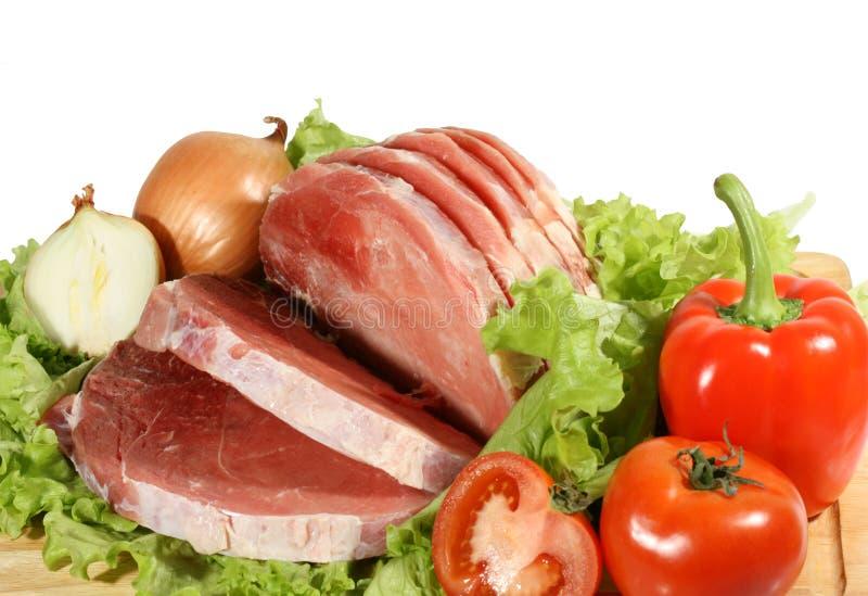 Frischfleisch auf Blättern des Salats mit Gemüse lizenzfreie stockfotografie