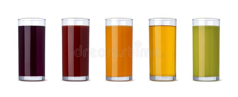 Frischgemüse und Fruchtsaft im Glas lokalisiert auf weißem Hintergrund mit Beschneidungspfad lizenzfreie stockfotografie