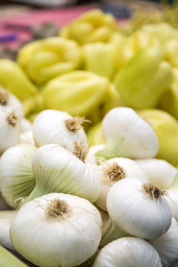 Frischgemüse auf dem Markt stockbild