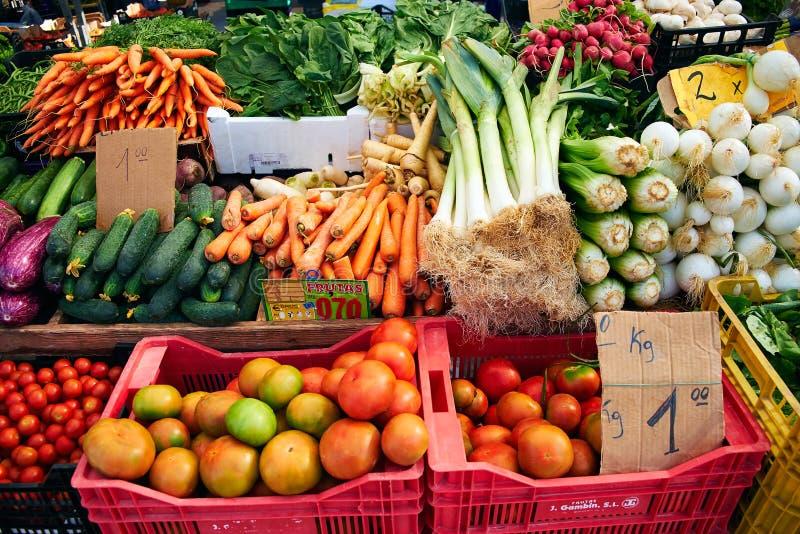 Frischgemüse auf dem Markt Karotten, Zwiebeln, Tomaten, Rettiche, auf Sonntags-Markt in Spanien, De Mercadillo de Campo stockbild
