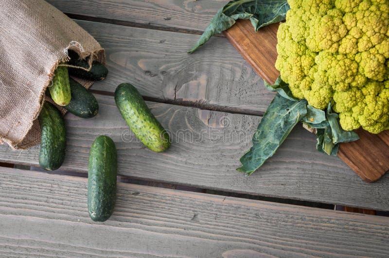 Frischgemüse auf dem Tisch für Lebensmittelzubereitung stockfotografie