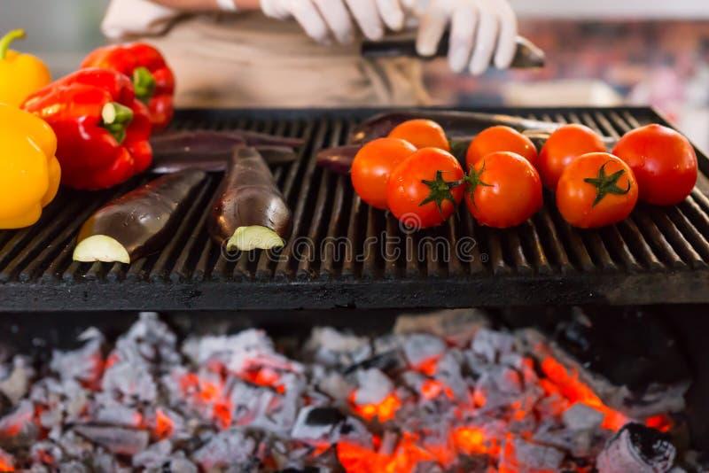 Frischgemüse, das auf Grill im Freien brät lizenzfreie stockfotografie
