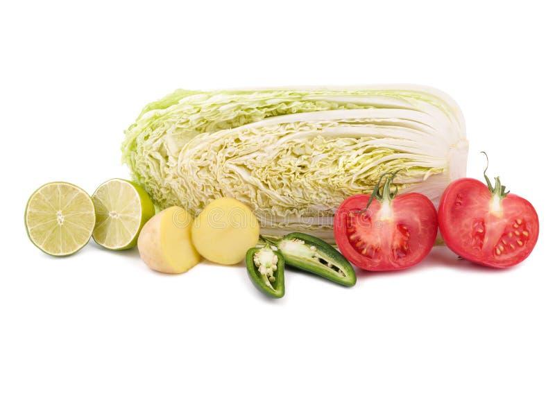 Frischgemüse den Grünkohl, Tomaten, Kartoffeln, würzigen Pfeffer und saftigen den Kalk, die auf einem weißen Hintergrund lokalisi stockbild