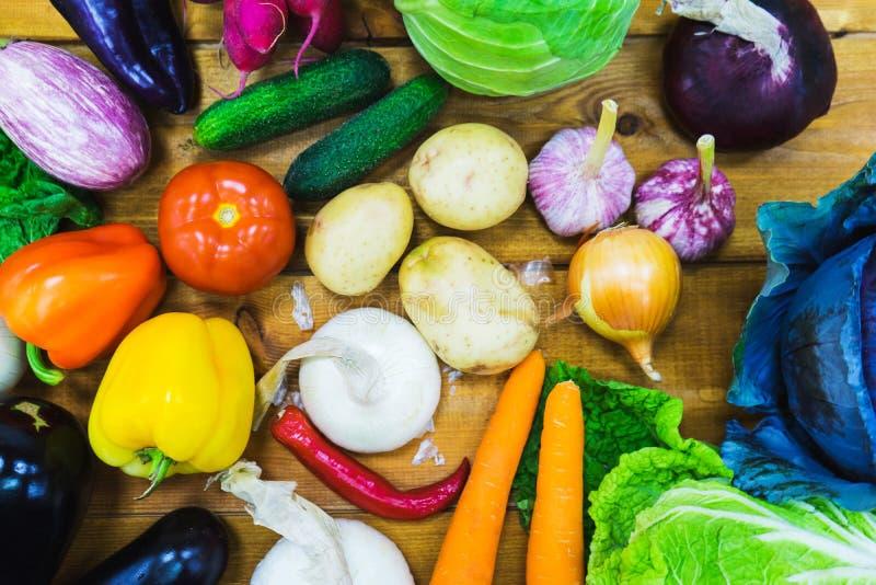 Frischgemüse der Draufsicht auf dem hölzernen Zähler eines kleinen Gemüsemarktes stockfotografie