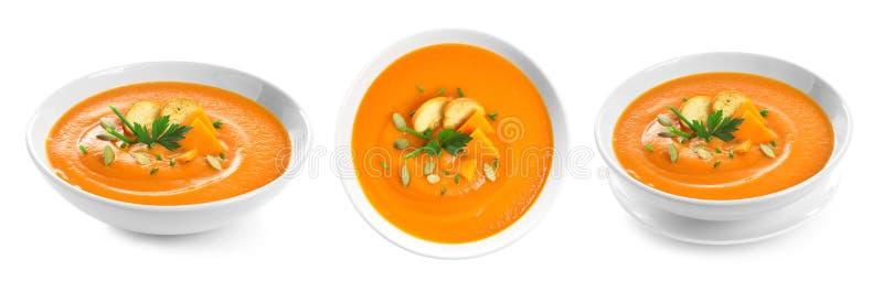 Frischgemüse Detoxsuppe mit Croutons im Teller auf Weiß lizenzfreies stockfoto