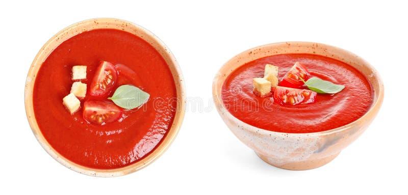 Frischgemüse Detoxsuppe mit Croutons im Teller auf Weiß lizenzfreie stockbilder