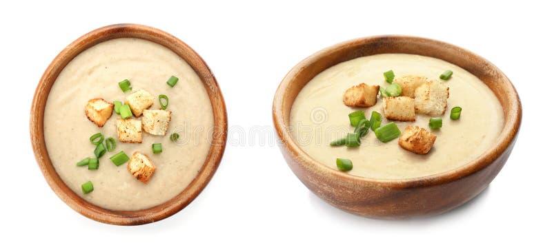 Frischgemüse Detoxsuppe mit Croutons im Teller auf Weiß stockbilder