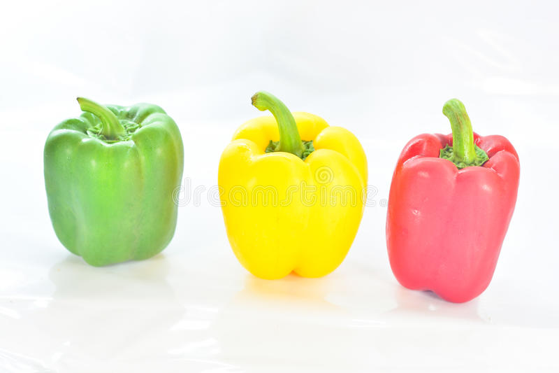 Frischgemüse drei süße Rote, gelb, grüne Paprikas lokalisiert stockfotografie
