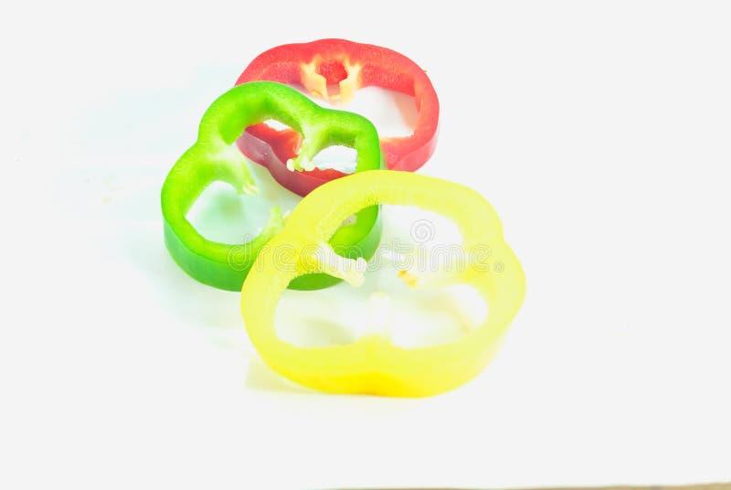 Frischgemüse drei süße Rote, gelb, grüne Paprikas lokalisiert stockbilder