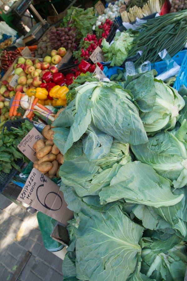 Frischgemüse an einem Markt stockfotografie