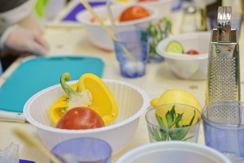 Frischgemüse für die Zubereitung des Salats lizenzfreie stockfotos