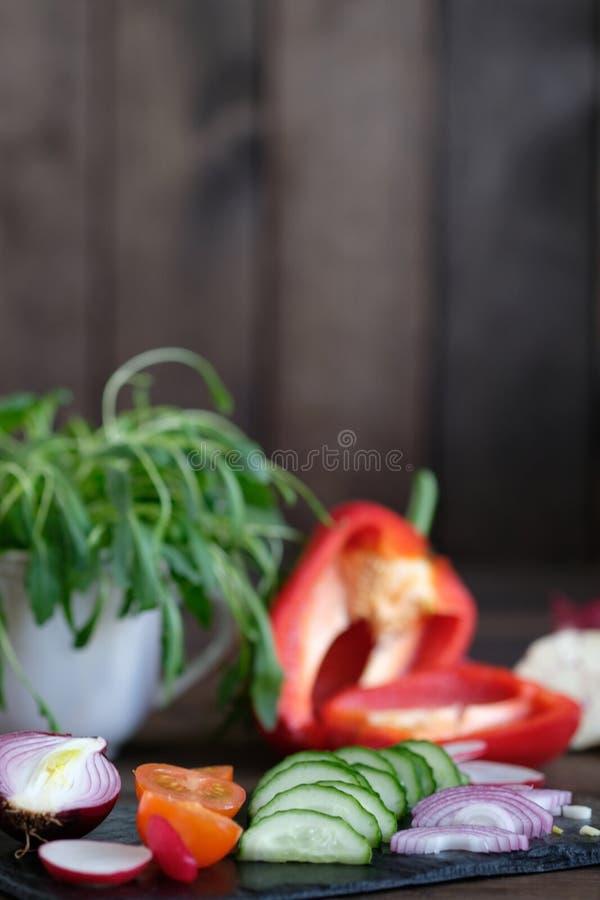 Frischgemüse geschnitten für einen Salat auf einem Schneidebrett lizenzfreies stockfoto