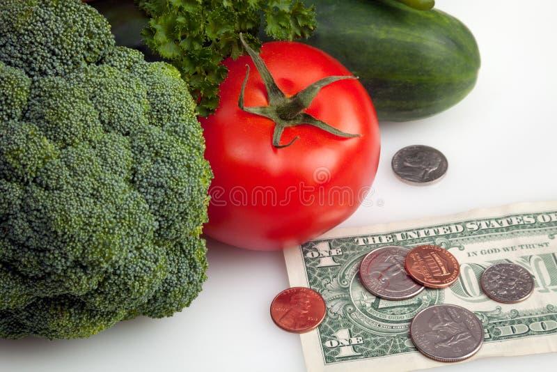 Frischgemüse mit Dollar und Münzen stockbild
