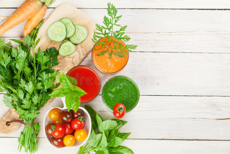 Frischgemüse Smoothie Tomate, Gurke, Karotte stockfotos