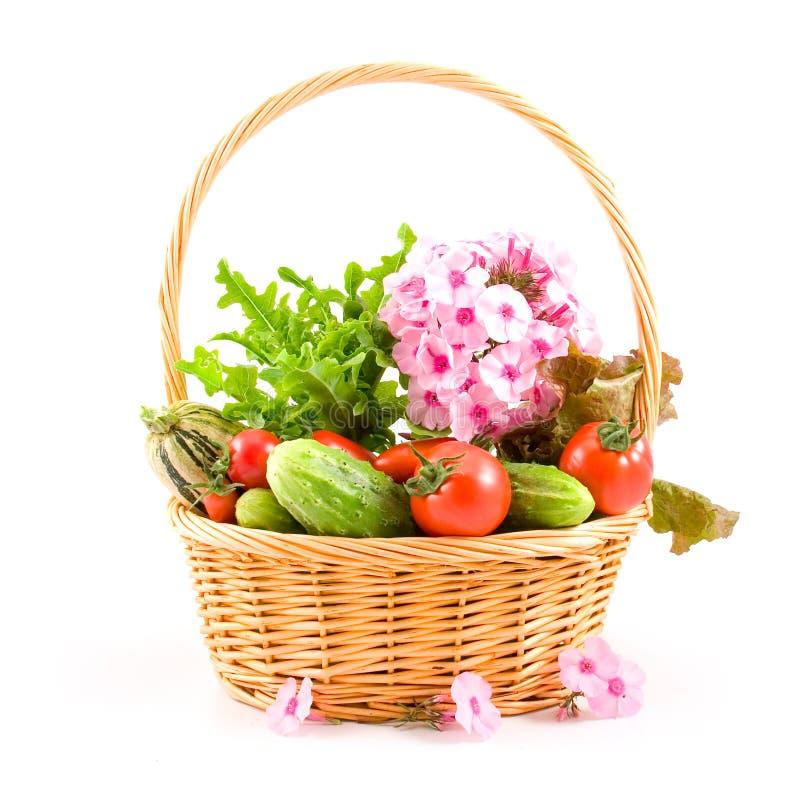 Frischgemüse und Blumen stockfotos