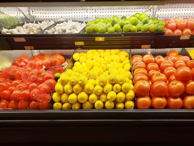 Frischgemüse und Früchte in einem Supermarkt stockbild