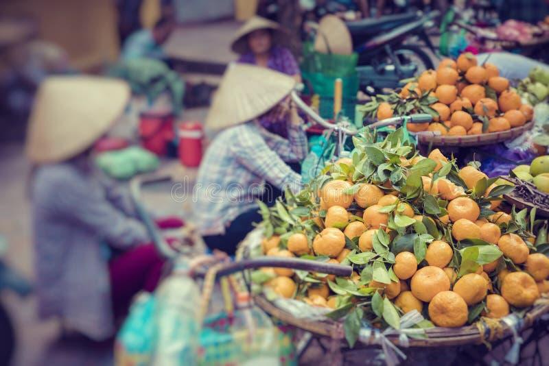 Frischgemüse und Früchte im traditionellen Straßenmarkt in Hano lizenzfreies stockfoto