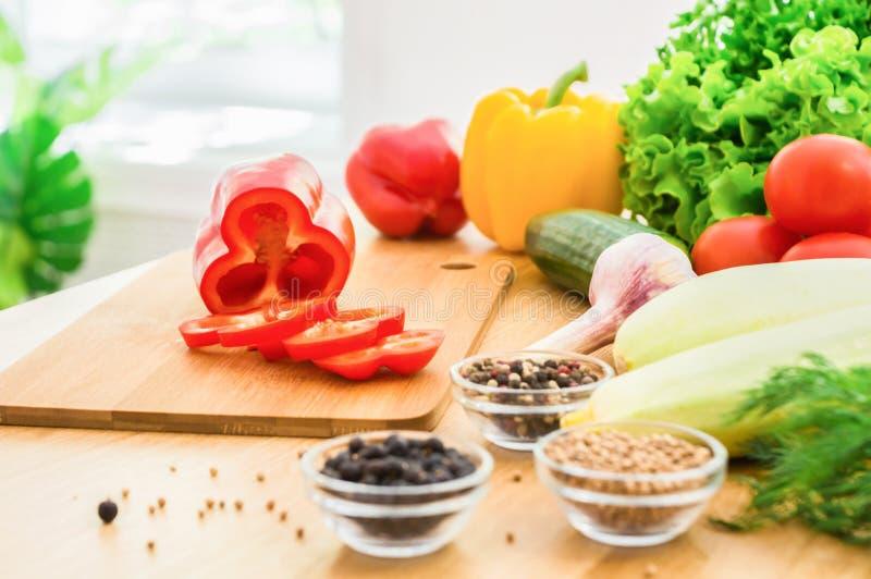 Frischgemüse und Gewürze auf Holztisch vor dem Fenster Sommerlebensmittel stockfoto