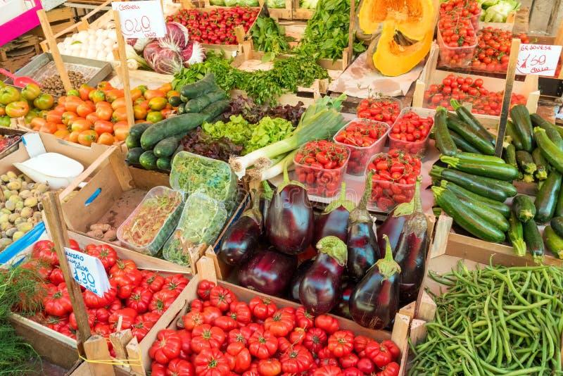 Frischgemüse und Salat für Verkauf stockfotos