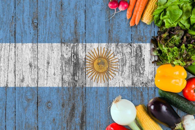 Frischgem?se von Argentinien auf Tabelle Kochen des Konzeptes auf h?lzernem Flaggenhintergrund lizenzfreies stockbild