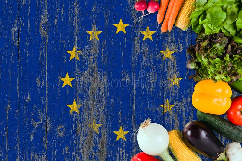 Frischgem?se von der Europ?ischen Gemeinschaft auf Tabelle Kochen des Konzeptes auf h?lzernem Flaggenhintergrund lizenzfreie stockfotografie