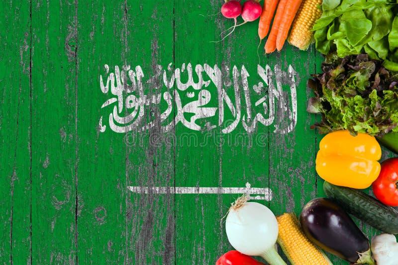 Frischgemüse von Saudi-Arabien auf Tabelle Kochen des Konzeptes auf h?lzernem Flaggenhintergrund lizenzfreie stockbilder