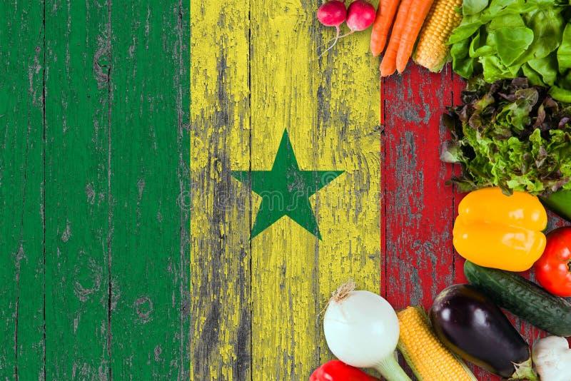 Frischgemüse von Senegal auf Tabelle Kochen des Konzeptes auf h?lzernem Flaggenhintergrund stockfotografie