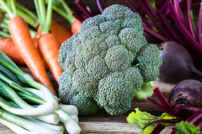 Frischgemüsekarotten, Rote-Bete-Wurzeln, Brokkoli, Frühlingszwiebeln an stockfotos