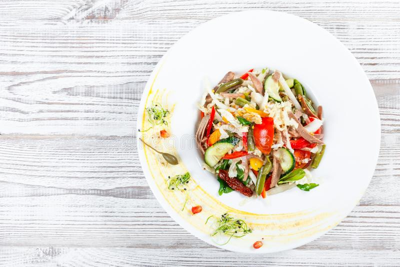 Frischgemüsesalat mit der Kuhzunge, Spinat, grüne Bohnen, Tomaten, Gemüsepaprikas, Kohl stockbilder