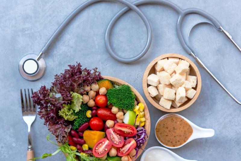 Frischgemüsesalat und gesunde Nahrung für physicial Stethoskop Arztes Sportausrüstungs-Verband MD für Frauen nähren das Abnehmen lizenzfreies stockbild