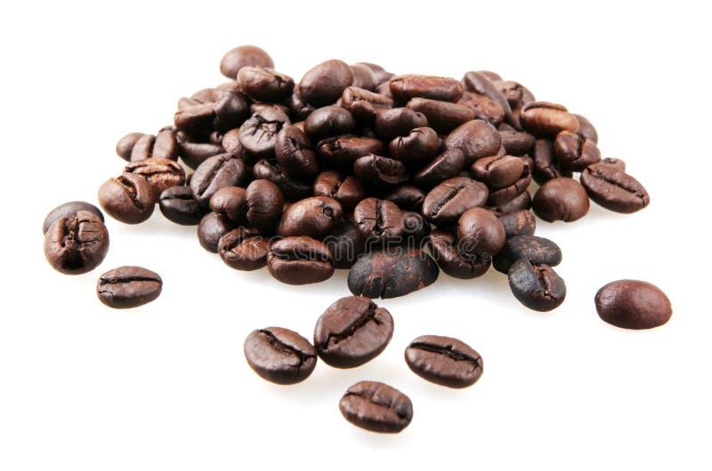 Frischgeröstete Kaffeebohnen, isoliert auf weißem Grund lizenzfreie stockfotografie
