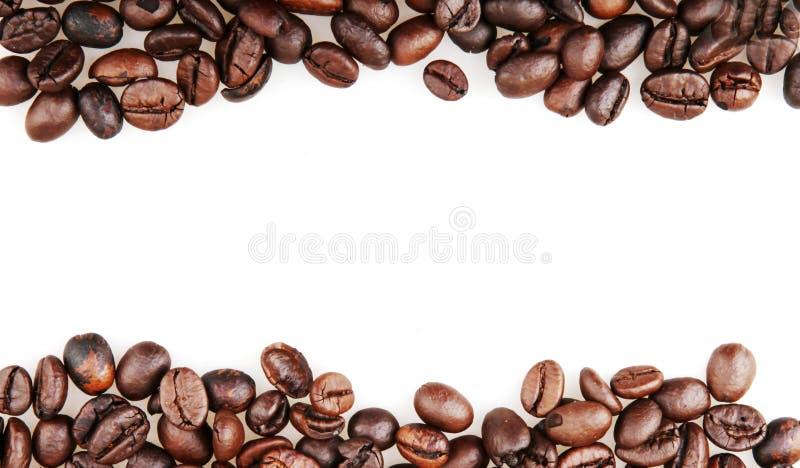 Frischgeröstete Kaffeebohnen, isoliert auf weißem Grund lizenzfreie stockbilder