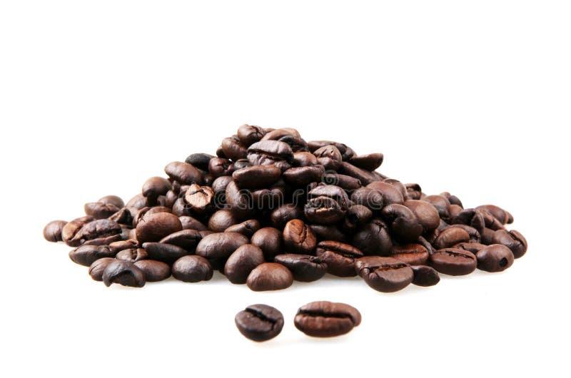 Frischgeröstete Kaffeebohnen, isoliert auf weißem Grund stockfotos