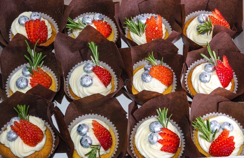 Frischkäsekleine kuchen der Vanille mit Erdbeeren und Heidelbeeren stockfoto
