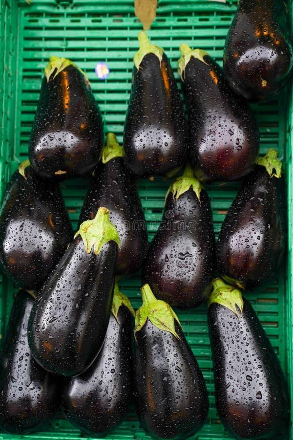 Frischviolette Aubergine auf dem Korb auf dem Obstmarkt stockbild