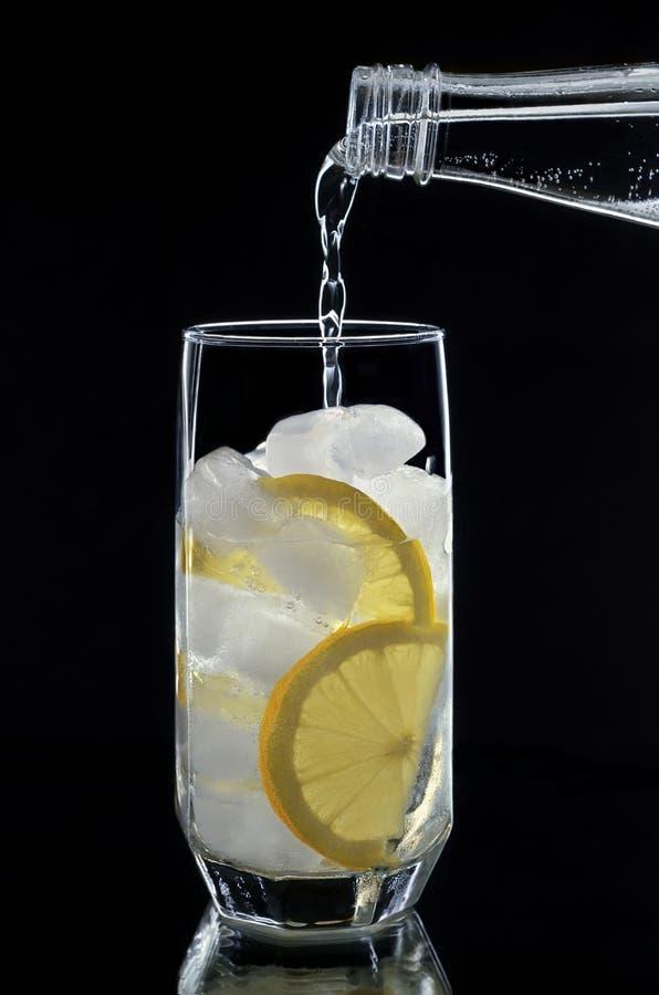 Frisdrank in een glas op zwarte achtergrond stock afbeeldingen