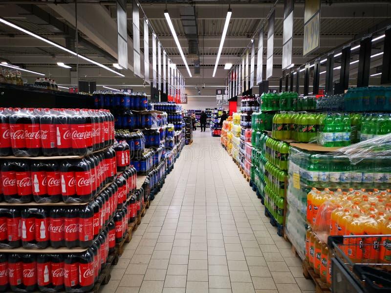 Frisdranken in een supermarkt stock afbeeldingen