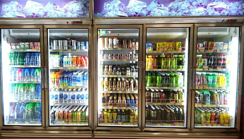 Frisdranken en Dranken in Supermarkt stock foto