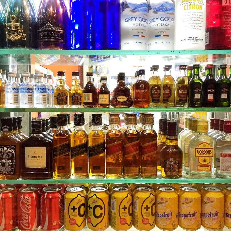 Frisdranken en sterke drank in Supermarkt royalty-vrije stock fotografie