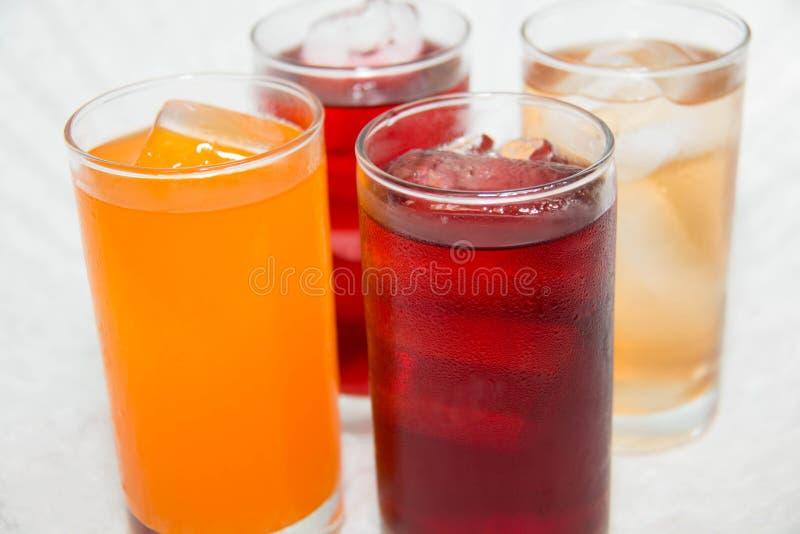 Frisdranken in glazen stock afbeelding