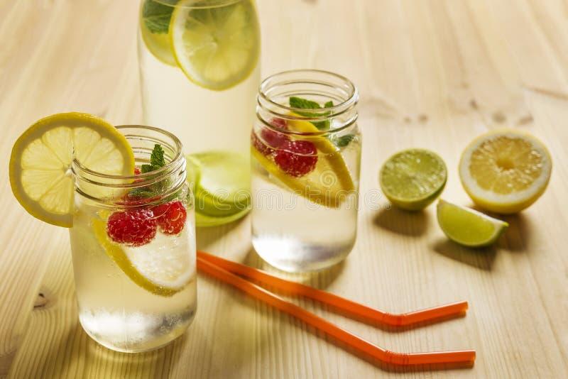 Frisdranken met citroen en bessen op houten lijst royalty-vrije stock foto's