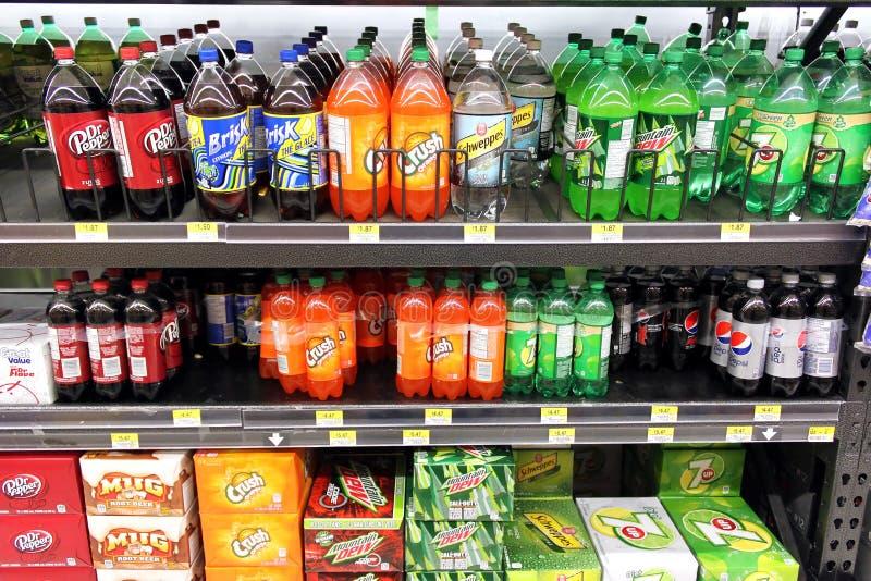 Frisdranken in supermarkt stock afbeeldingen