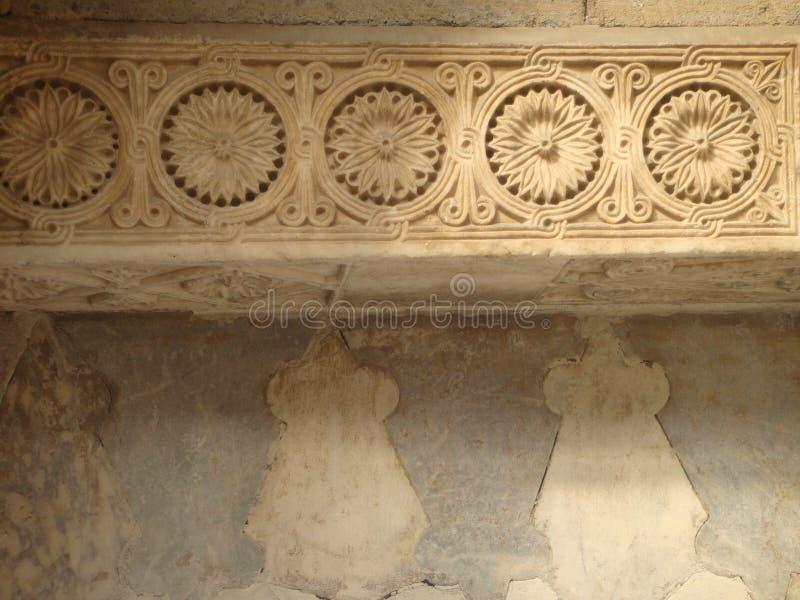 Frise de petites fleurs rondes gravées dans la pierre à l'extérieur d'une mosquée de Konya en Turquie photos stock