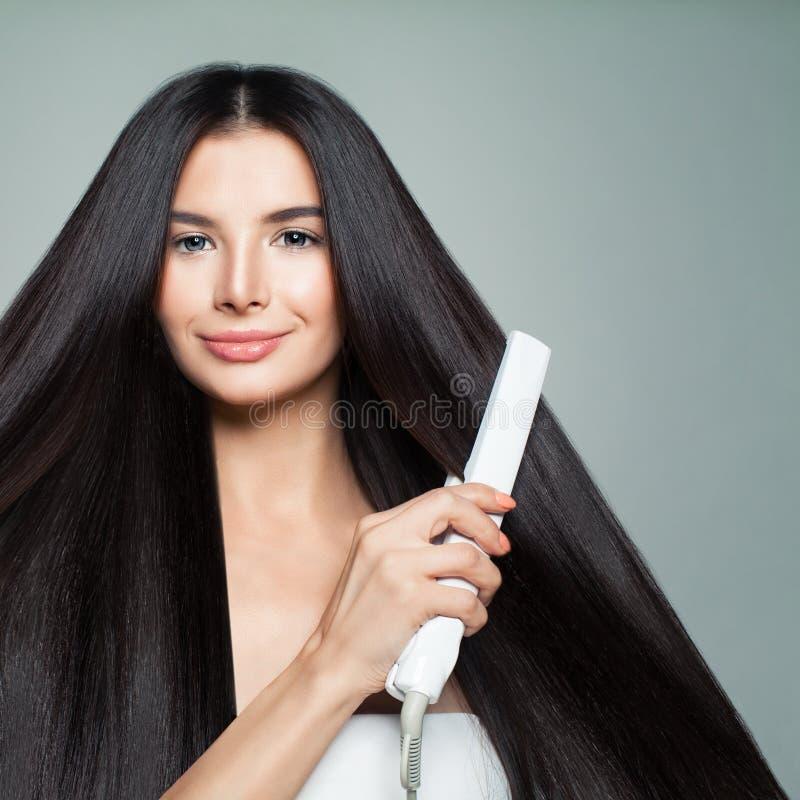 frisering Kvinna med härligt långt rakt hår royaltyfri fotografi