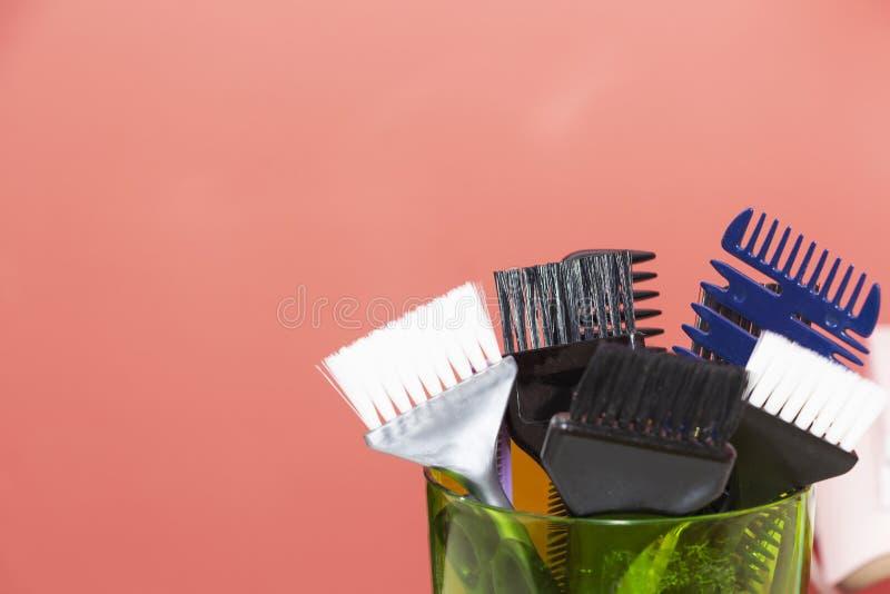 Friseringhjälpmedel med kopieringsutrymme, hårkammar och blekmedelborstar royaltyfri bild