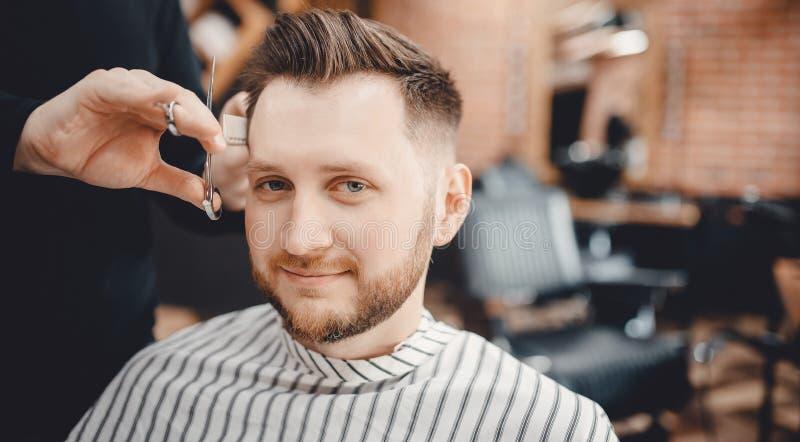 Frisersalongbegrepp Män för frisörbarberarefrisyr i salong royaltyfria foton
