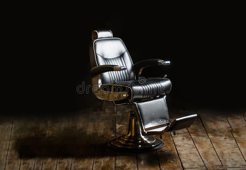 Frisersalongfåtöljen, den moderna frisören och hårsalongen, barberare shoppar för män Skägg skäggig man Stilfull tappningbarberar royaltyfria bilder