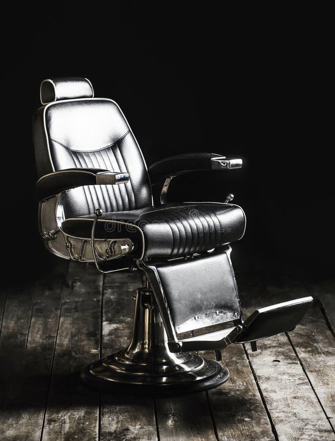 Frisersalongf?t?ljen, den moderna fris?ren och h?rsalongen, barberare shoppar f?r m?n Barberaren shoppar stol Stilfull tappningba royaltyfri foto