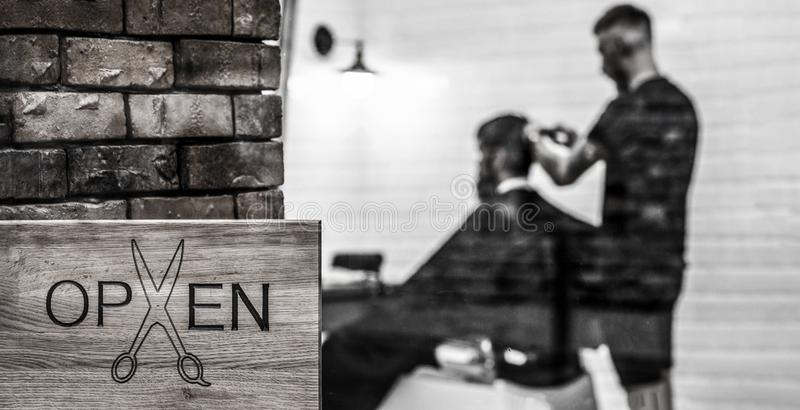 Frisersalongsalong Öppen barder shoppar Frisör eller barberare Mannen som besöker frisören i barberare, shoppar Man med skägget i arkivbild
