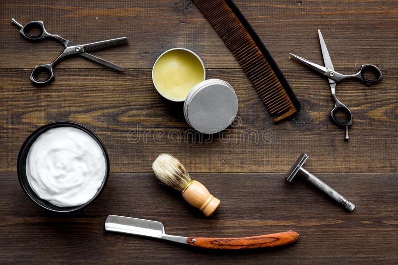 Frisersalongskrivbord med hjälpmedel för bästa sikt för manlig omsorgträbakgrund arkivfoto